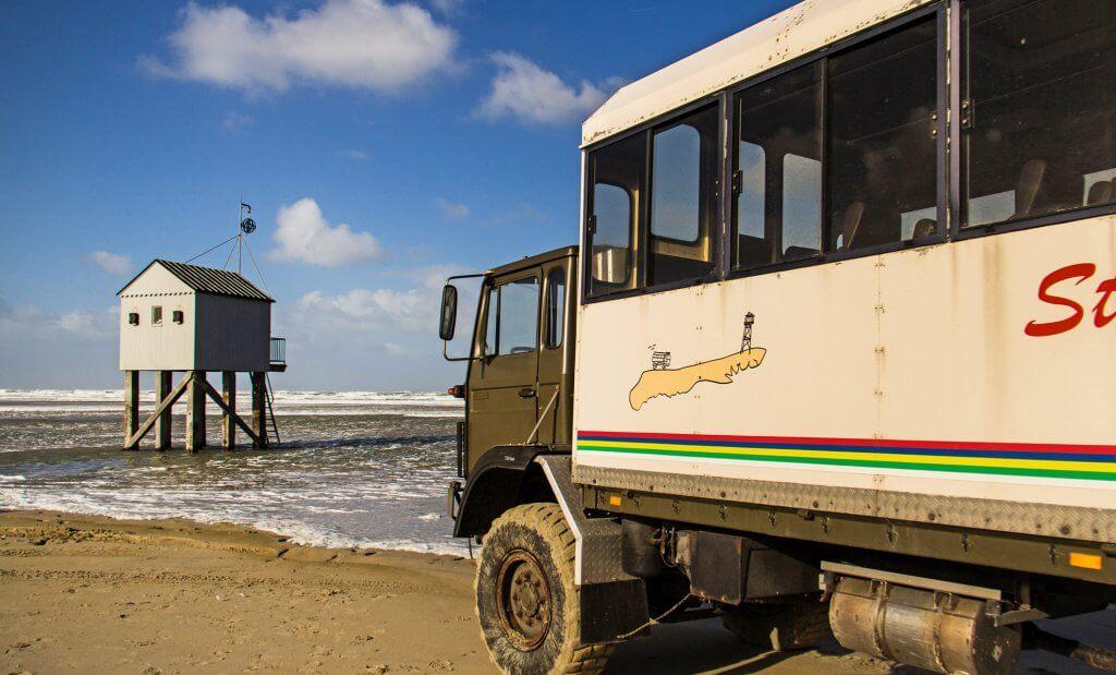 De strandbus rijdt het hele jaar op Terschelling.